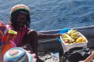 Christian, notre fournisseur attitré de fruits.  Principalement de bananes, pamplemousses et de citrons et parfois de mangues et de fruits de la passion... Un gars très simple, d'une gentillesse extrême  et bien du coin.