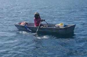 Bon d'accord, sa barque n'est pas la plus jolie. Et elle prend l'eau. N'empêche, Christian fait deux fois par jour un tour de trois heures à la rame avec ses quelques fruits qu'il vend aux quelques bateaux. Et il en vit. Et lui est heureux.