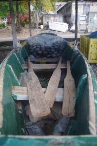 Le tas de cailloux posés dans le fond servent à lester le bateau (pour le garder droit sur l'eau) . Comme le faisaient déjà les ... Vikings.