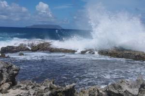 Depuis les côtes de la Guadeloupe, on aperçoit l'île de la Desirade.