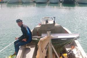 David le plongeur, juste avant de replacer le safran. Après l'accident, il prendra d'initiative les enfants en charge et terminera le travail avec un copain à lui. Il s'est également beaucoup inquiété de l'état de santé de Tom. Sympa le gars.
