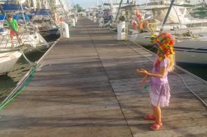 La vie sur les pontons, les enfants apprécient moyennement, eux qui adorent plonger dans l'eau depuis le bateau...