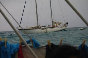 Notre voisin.  Un voilier de  20 tonnes où le propriétaire a dû surveiller, comme nous, ses amarres toute la nuit.
