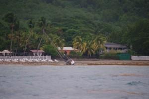 Pendant la nuit, la bouée où était amarré ce voilier a lâché, et le voilier a été malheureusement jeté sur la plage.