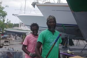 Les voisins de chantier: quatre Dominicais qui retapent un bateau de pêche. Très gentils, très souriants, très bosseurs et très débrouillards. Le soir, ils écoutent de la bonne musique, avec un bon rhum et un bon gros pétard en causant philosophie et religion. Normal quoi.