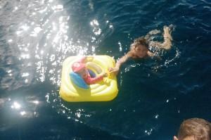 Tabea, qui affiche 10 mois, apprécie se baigner dans la mer des Caraïbes dans sa nouvelle bouée gonflable. Bien pratique, pour tout le monde.
