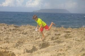 Jan en plein exercice d'équilibriste sur des roches volcaniques.