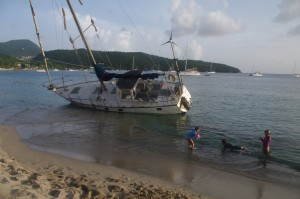 Le voilier allemand envoyé sur la côte par la tempête Erika. Trois jours plus tard, il sera remorqué et amarré à une bouée. Sans dégâts apparents.