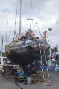 Une photo qu'on avait oubliée. Si certains achètent des bateaux d'occasion à rénover, certains se lancent dans de véritables chantiers... Ce bateau en acier, victime d'un cyclone voici 12 ans, a été récupéré dans un état impossible. Mais son nouveau propriétaire, soudeur, espère bien le faire revivre. Il admet que ce ne sera pas simple. Mais pas impossible. Mais il faudra du temps...