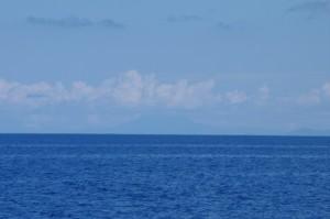 Faut bien regarder... On distingue les hauts reliefs de l'île de Saint Vincent, notre prochaine escale. Enfin, pas tout de suite, on va d'abord profiter de Sainte Lucie...