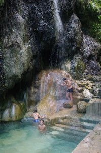 Les Sulfur Springs, on a bien  aimé. L'eau est naturellement chauffée (31 degrés environ) par l'activité volcanique.
