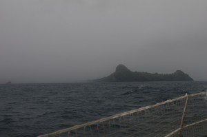 En approche de Sainte Lucie, qu'on aperçoit ici à environ un mille (deux kilomètres).  Il vente beaucoup, il pleut énormément, mais la mer reste relativement calme, heureusement...