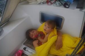 Bien protégé dans le fond du cockpit, Jan surveille Tabea.  Bien qu'il pleuvait des cordes, le bateau n'était pas malmené.