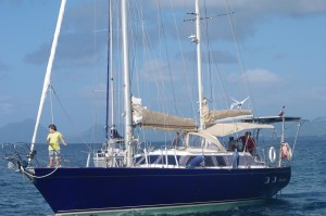 Aventura à son arrivée. Nous l'avons ramené à deux depuis la Guadeloupe, soit le capitaine et Jan, moussaillon en chef. 20 heures de navigation dans des conditions parfois un peu musclées.  Mais Aventura a un comportement très sain et rassurant.